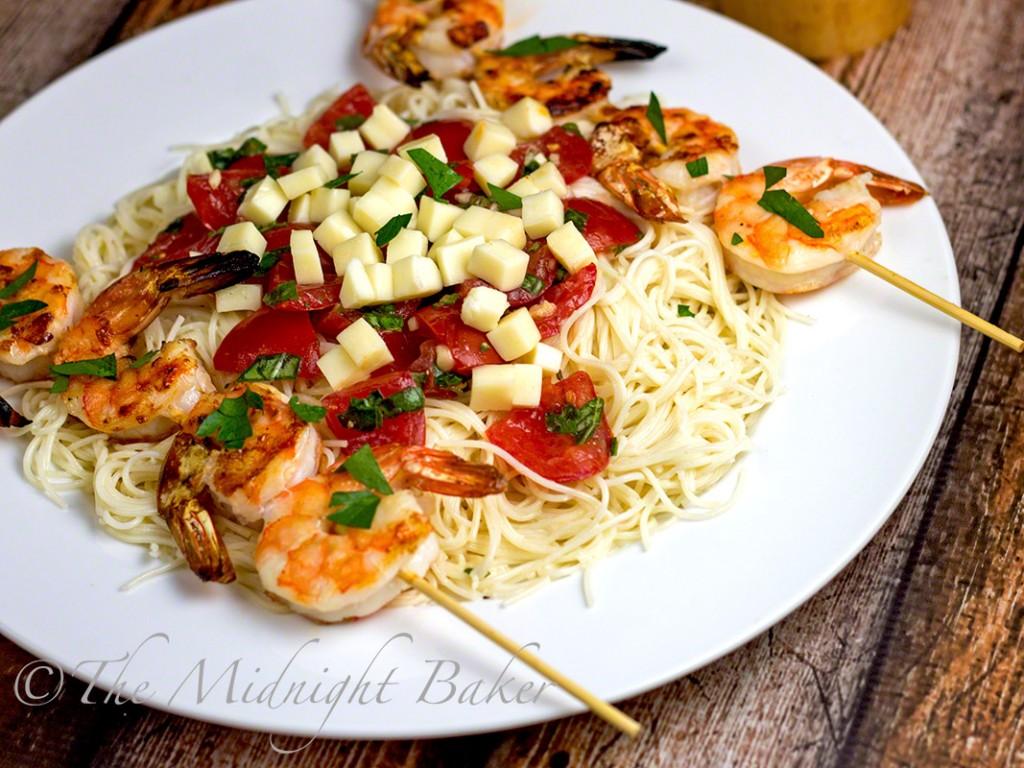 Shrimp Caprese Pasta | bakeatmidnite.com | #caprese #pasta #alfredosauce