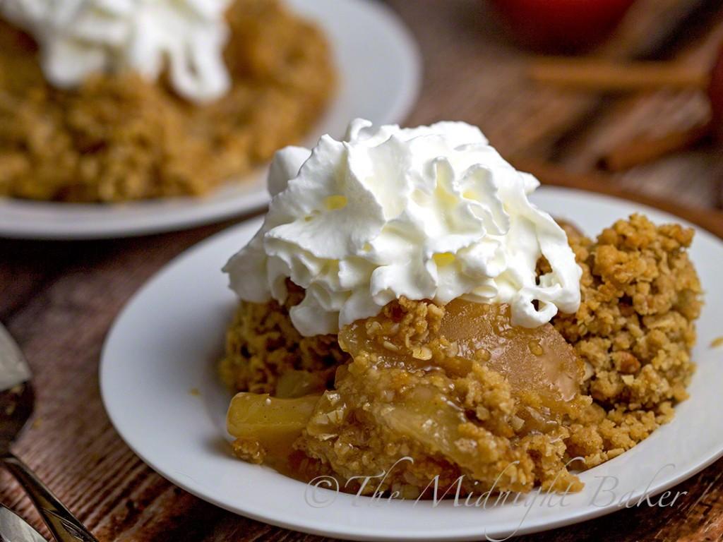 3-Ingredient Apple Oatmeal Crisp | bakeatmidnite.com | #oatmealcookiemix #fruitcrisp #applepiefilling #desserts