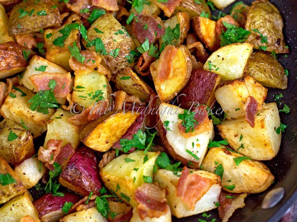 Bacon Parsley Roasted Potatoes | bakeatmidnite.com | #sidedishes #potatoes #bacon