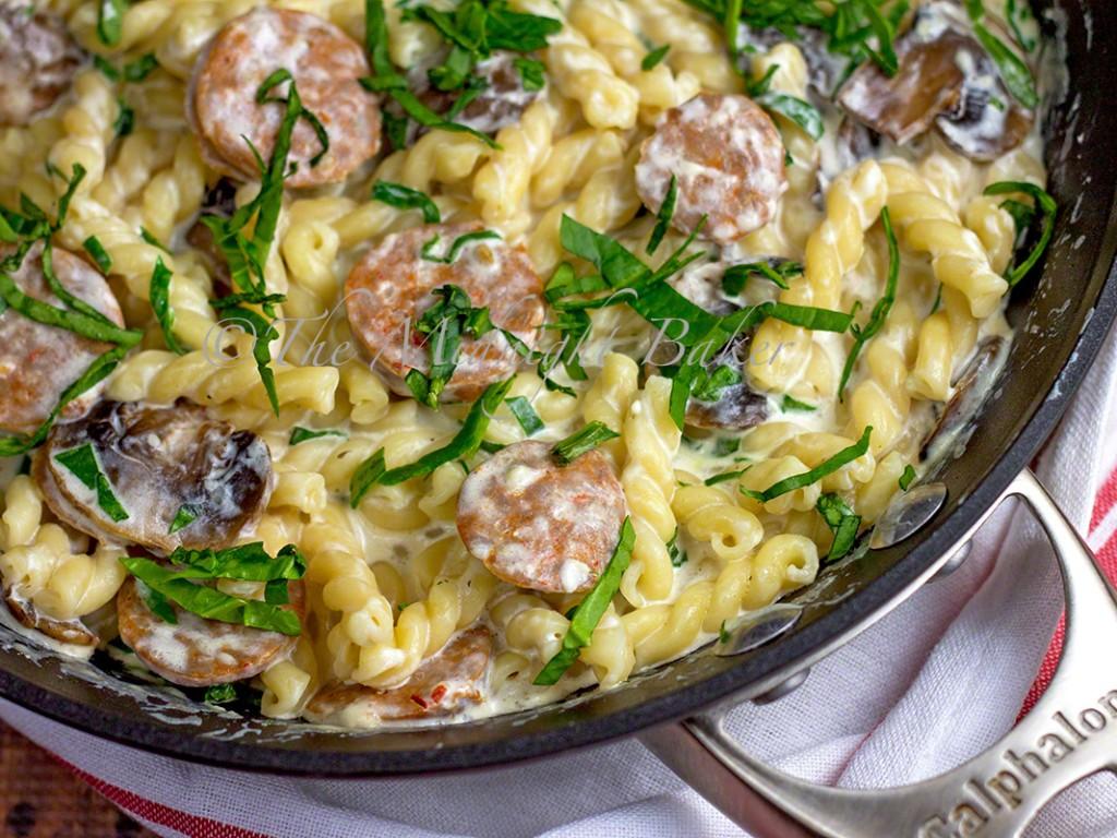 Skillet Sausage & Spinach Alfredo | bakeatmidnite.com | #alfredo #pasta #sausage