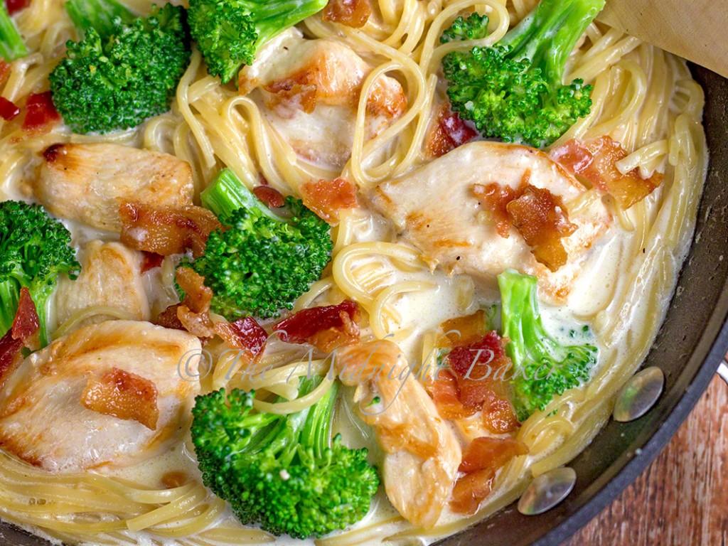 Chicken Broccoli Alfredo | bakeatmidnite.com | #barillapronto #onepotpasta #pmedia #ad
